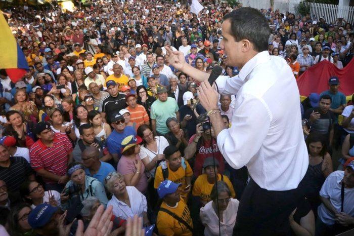 Guaidó pide acompañar a diputados en próxima sesión de la AN