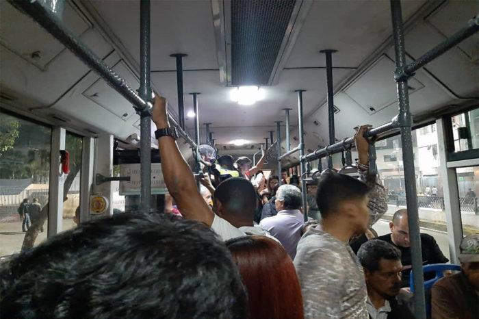"""Traslados en Metrobús desde Caracas a Vargas son al estilo """"sardina en lata"""""""