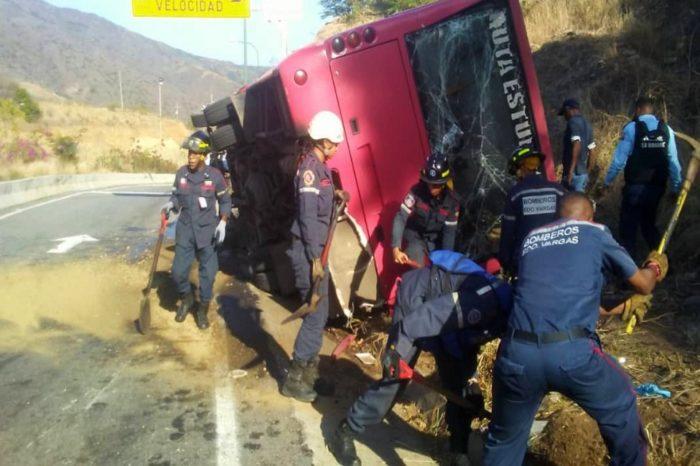 Accidente en la autopista Caracas-La Guaira deja a 32 adolescentes heridos