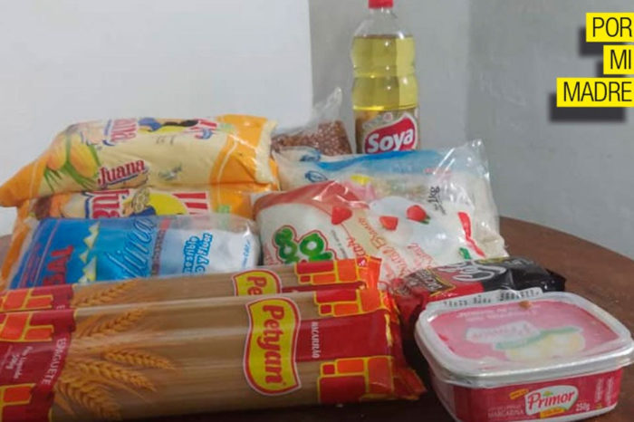 Diputados CLAP hacen honor a su apodo y reparten bolsas de comida en la AN