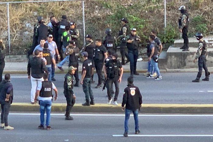 A golpes se agarraron funcionarios del Cicpc y las FAES en la Prados del Este