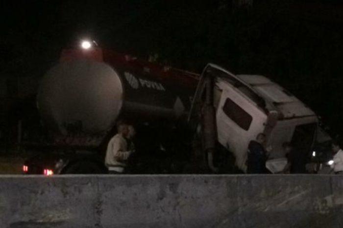 Gandola de gasolina pierde su carga al volcarse en la autopista Francisco Fajardo