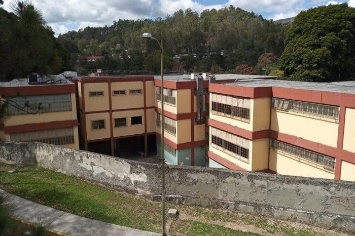 A punta de luz solar reciben clases alumnos de escuela técnica en Los Teques