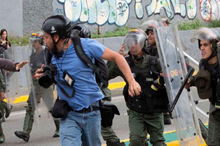 Periodistas celebran su día con un incremento de las agresiones pese a la cuarentena