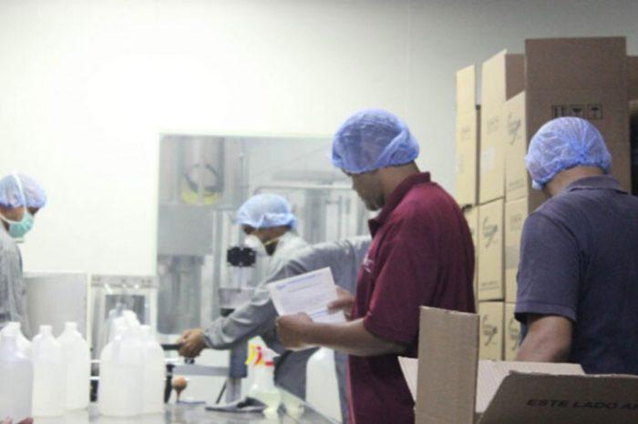 Licoreros donan alcohol a hospitales en varios estados para combatir el covid-19
