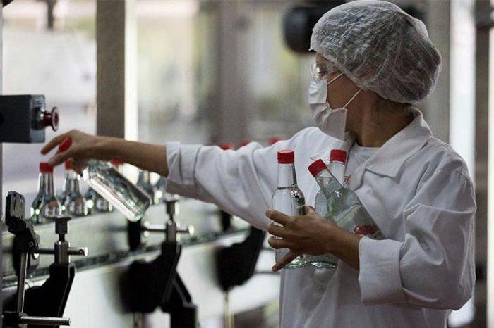 Licoreros han donado más de 100.000 litros de alcohol para centros hospitalarios