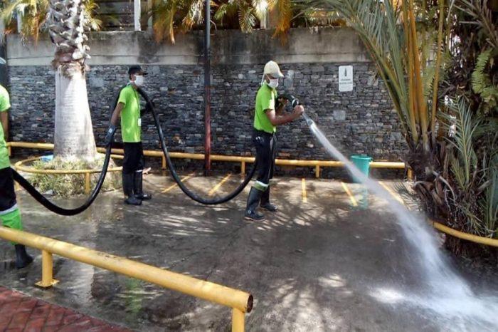 ¿La limpieza de espacios públicos con hipoclorito previene el coronavirus?