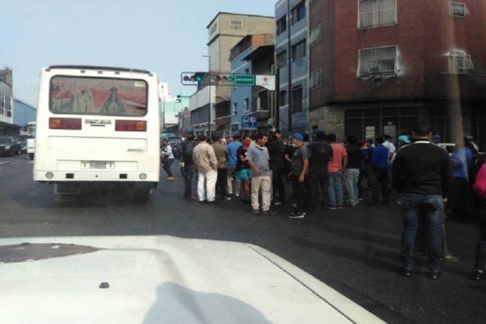 Transportistas protestan en Catia para rechazar cobro de la gasolina en dólares