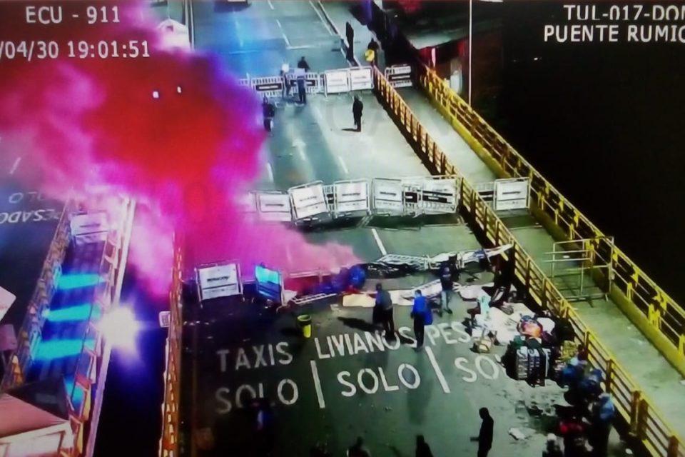 Policía colombiana reprime venezolanos que querían cruzar frontera en Ecuador