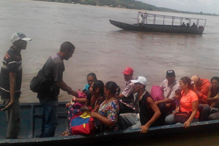 Habitantes de sur de Anzoátegui cruzan el Orinoco en curiaras para conseguir alimentos