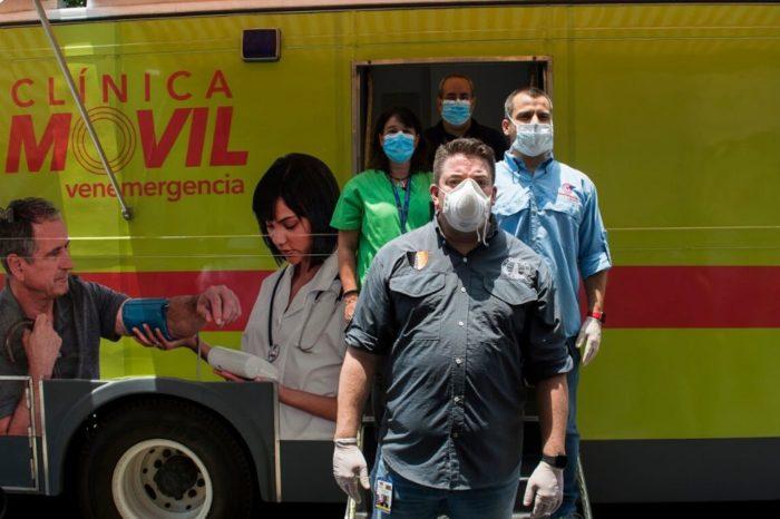 Gustavo Duque entregó dispositivo TeleSalud-Chacao a personas vulnerables
