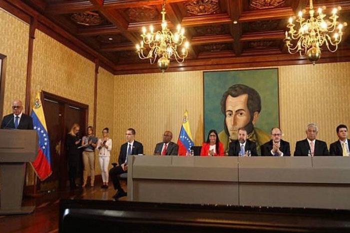 Entre no-democracia y dictadura por Bernardino Herrera León