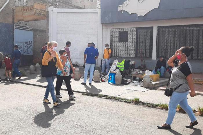 Sin tapabocas ni guantes, buhoneros vuelven a inundar las calles