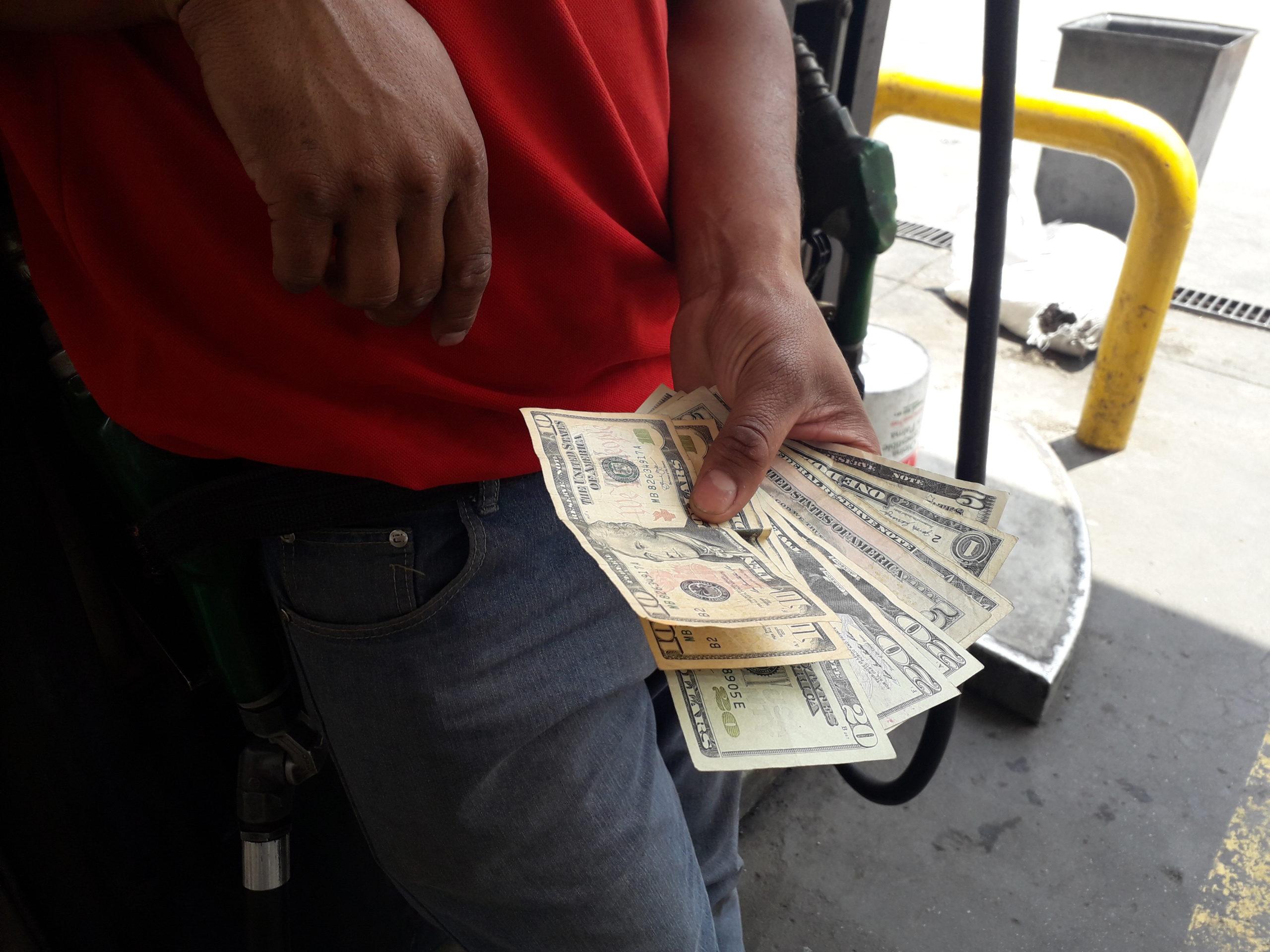 la gasolina ahora se paga en dólares