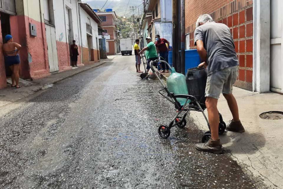 Cargas agua en Vargas es costumbre