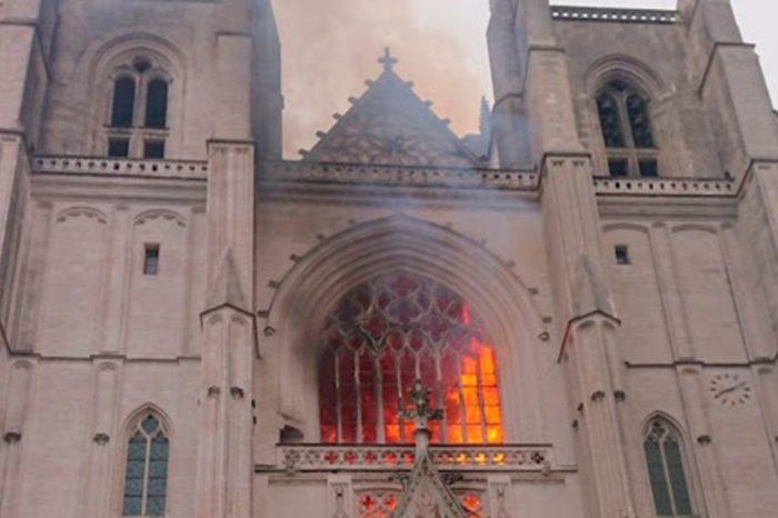 A un año de Notre Dame, catedral de Nantes arde en llamas