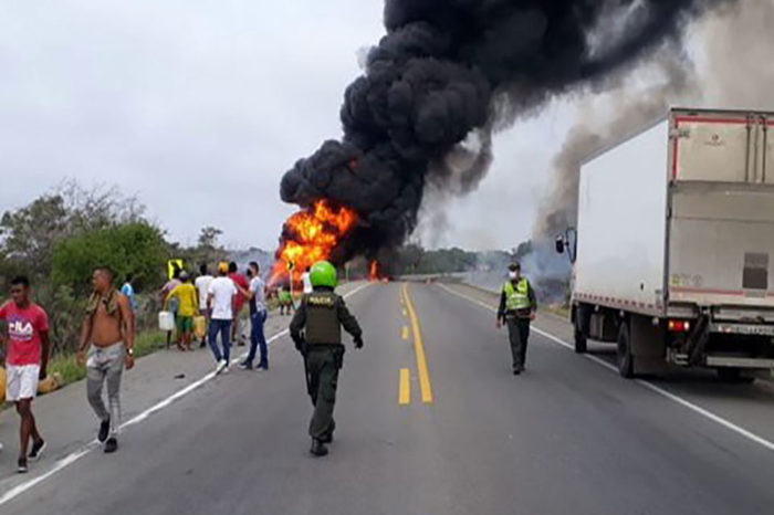 Suben a 20 los muertos por explosión de cisterna de gasolina al norte de Colombia