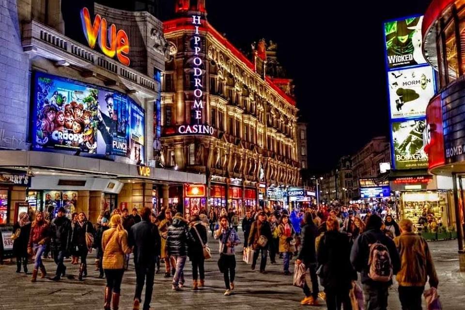 Se olvidó el distanciamiento social en reapertura de bares en Inglaterra