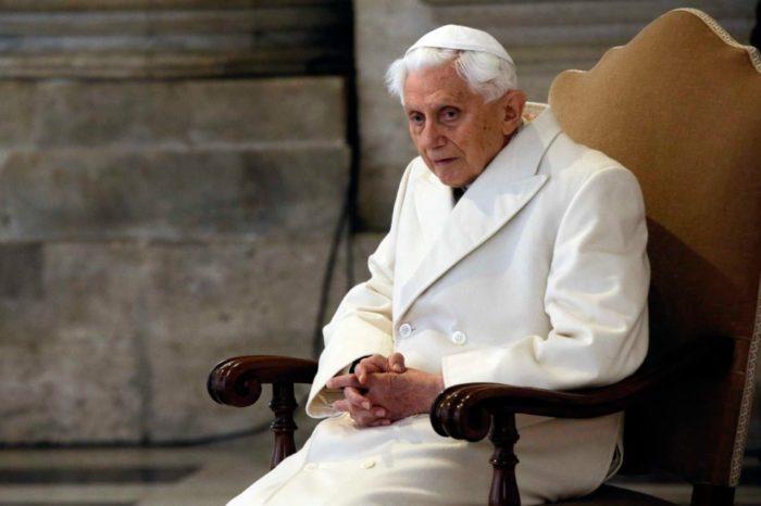 """Papa emérito Benedicto XVI se encuentra """"extremadamente frágil"""" de salud"""