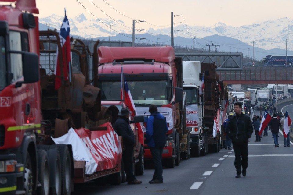 Camioneros amenazan con iniciar el jueves una huelga nacional en Chile