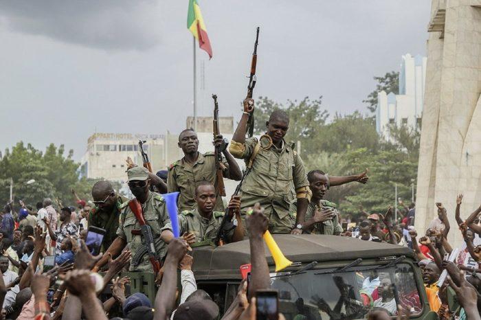 Militares en Mali toman el poder a la fuerza y deponen a su presidente