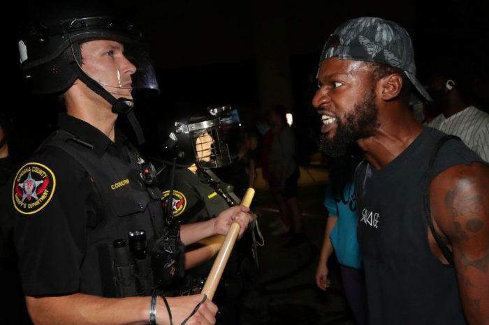 Incendian centro de Wisconsin tras disparos de policía a afroamericano