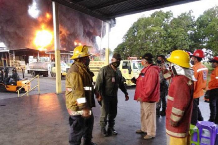 Falta de insumos impide a bomberos extinguir incendio en antigua planta de Goodyear