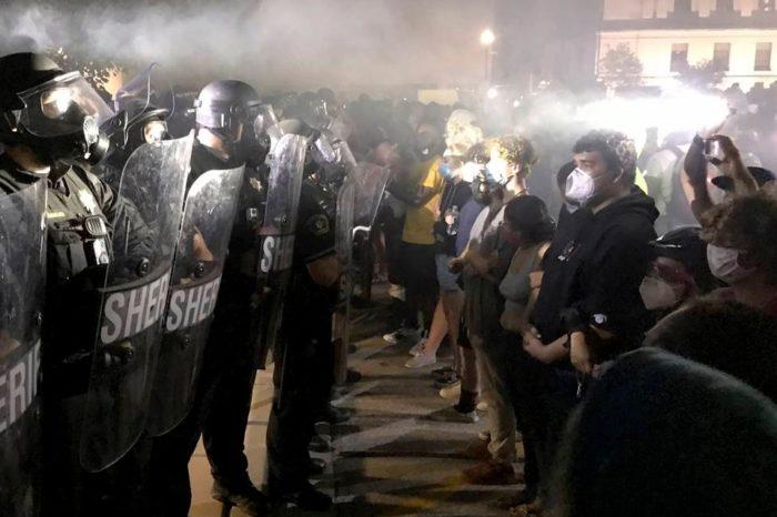 Protestan en Wisconsin luego de que policía disparara a afroamericano