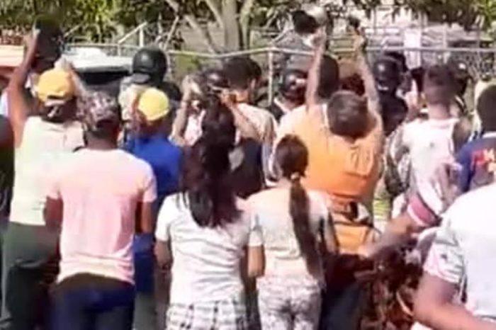 Manifestantes expulsan a gobernador y alcaldesa chavistas en un acto del PSUV en Upata