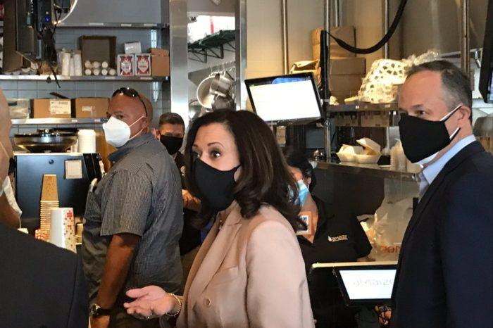 """Kamala Harris hace """"guiño"""" al voto latino al comprar arepas en Florida"""