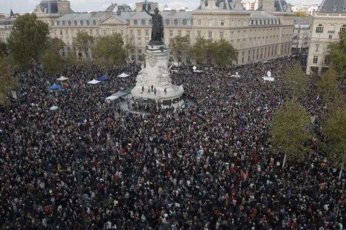 En Francia salieron a protestar en homenaje al profesor asesinado por un extremista