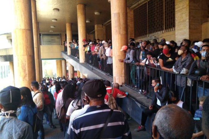 Saime de Plaza Caracas y otros estados amanecen este #19Oct abarrotados de personas