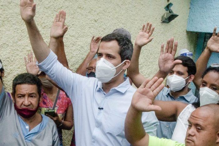 Guaidó continúa los casa por casa en busca de votos para la consulta