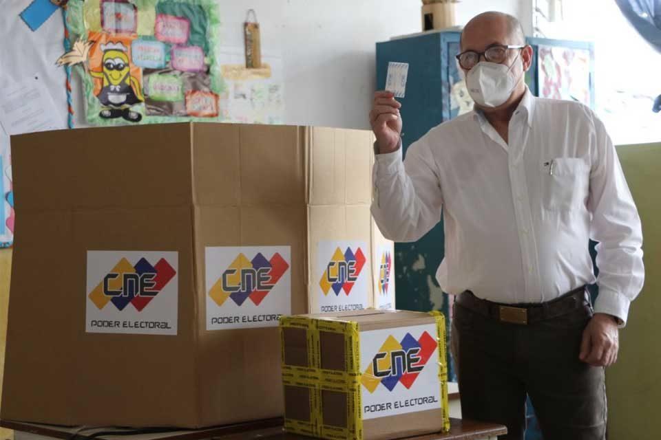 Leonardo Morales CNE votando