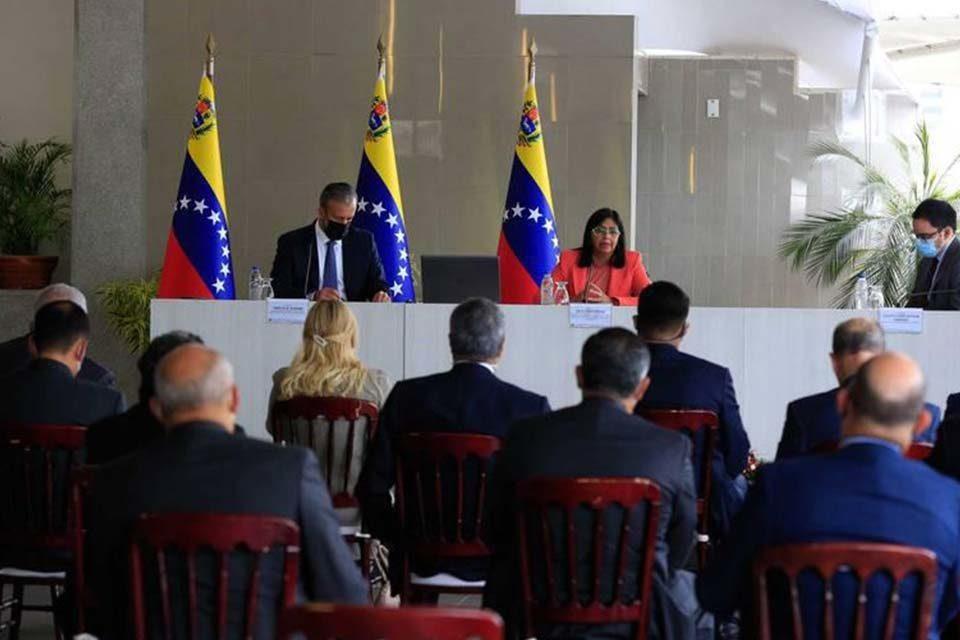 Delcy Rodríguez y banqueros antibloqueo