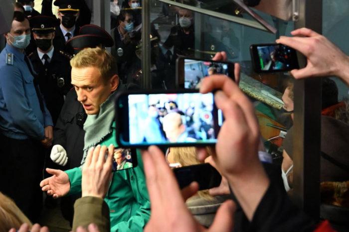 Principal crítico de Putin, Alexei Navalny, arrestado al regresar a Rusia