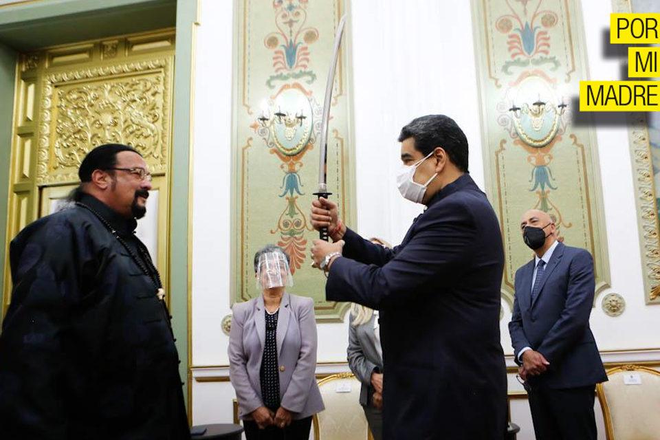 De Rusia con amor: Steven Seagal visita a Maduro en Miraflores y le regala una katana