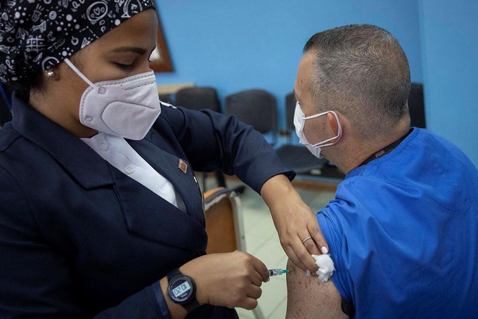 vacunación Sputnik V y Sinopharm
