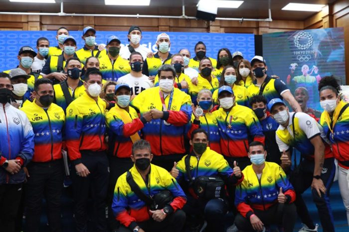 Maduro recibe a la delegación venezolana