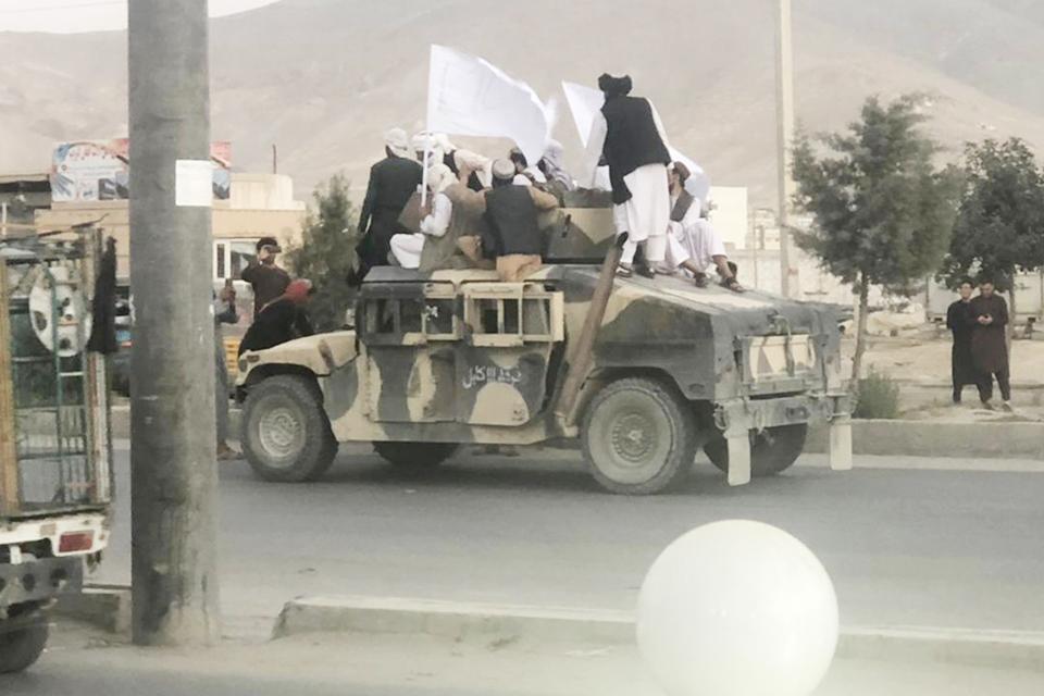Presidente de Afganistán huye del país tras llegada de talibanes a Kabul