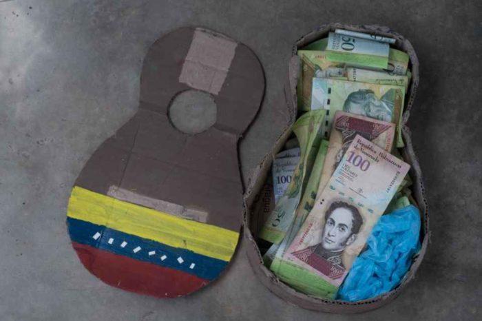 Billetes en desuso son el juguete de los niños en un pueblo de Venezuela