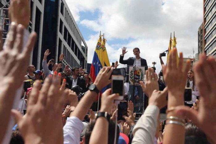 Gobierno interino asediado por fracaso, denuncias y dudas sobre piso político en 2022